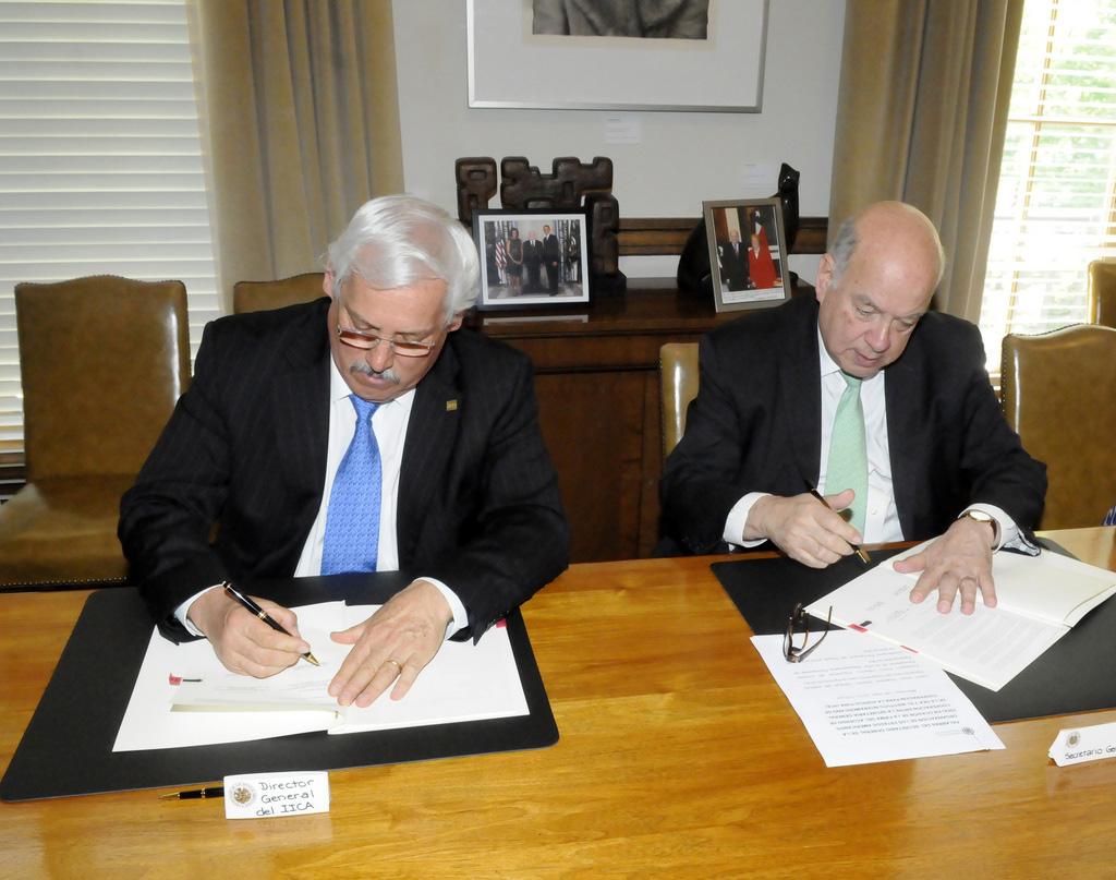 The Secretary General of the Organization of American States (OAS), José Miguel Insulza (Right), and the Director General of the Inter-American Institute for Cooperation on Agriculture (IICA), Victor Villalobos (Left), signs, at OAS headquarters in Washington, DC, a cooperation agreement between the two organizations.
