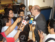 The Rapporteur on the Rights of Indigenous Peoples, José Zalaquett, talks to the press during his visit to Mexico.